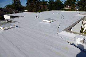 Flat roof waterproofing with liquid plastic
